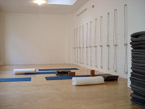 Iyengar Yoga Übungsraum mit Hilfsmitteln